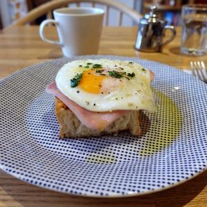 浅草 人気 のパン屋さん ペリカンカフェのモーニングトースト