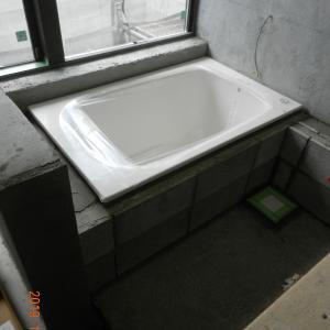 大きなタイル張りの浴室