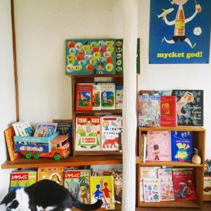 アトリエの本棚。