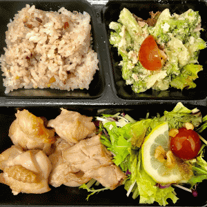 鶏ももにダブルサラダと雑穀米100g。