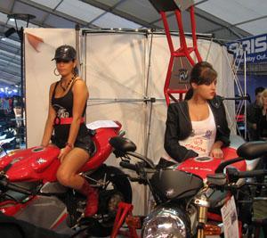 ブカレスト・モーターショーで美女を観賞する