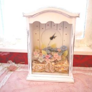 姫デコ☆小花がいっぱいに上品なリボン、さりげないストーンの卓上時計☆