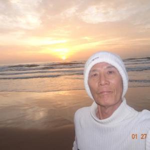 その1 去年の今日 懐かしい旅行の友は白いセーター 旧正月はプノンペン 海面からの日の出@VungTauBackBeach