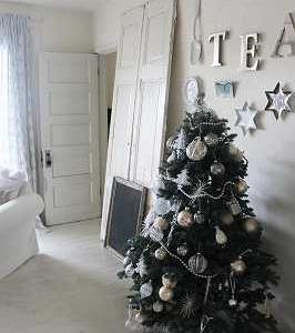 クリスマスツリーの飾りつけ、繊細な輝きに誘われて♪