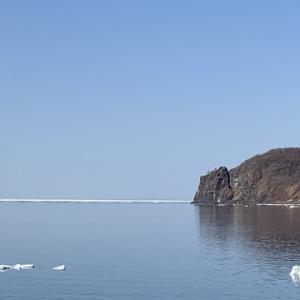 ウトロ三角岩 と 流氷