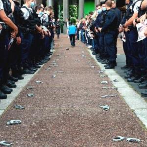フランスで、首圧迫禁止