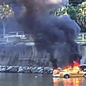 干潟へ車で乗り入れてスタック、その後炎上