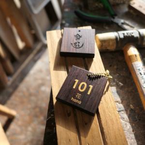 オーダー木製小物 ルームキーホルダー、ルームプレート(部屋札、客室用表札)