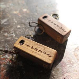 オーダー木製小物 磁石でくっつくホテルルームキーホルダー