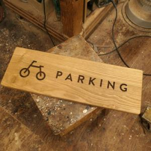 オーダー木製小物 駐輪スペースのロゴプレート
