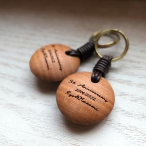 オーダー木製小物 結婚5周年、夫にお揃いのキーホルダーのプレゼント