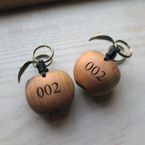 オーダー木製小物 2つが1つに磁石でくっつくりんごの形のキーホルダー