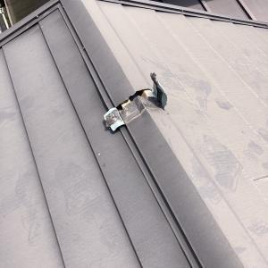 「通りがかりの屋根屋ですけど、おたくの屋根こわれてますよ。ちょっと見てあげますね」