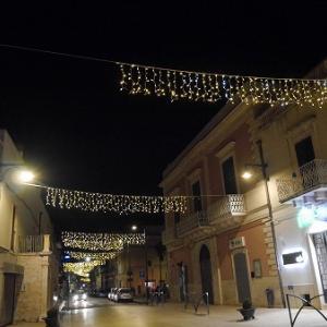 クリスマスシーズンのサンミケーレ・ディ・バーリの町散策