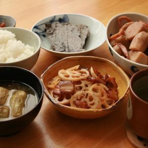 休日の朝ごはん、里芋とイカの煮物。