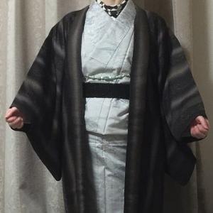 焦げ茶羽織 白い紬 黒のビーズゴムベルトでぐうたら着物