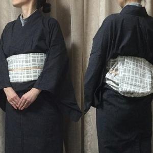 黒極細縞着物にグレーに白の格子の帯