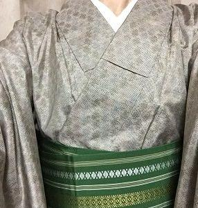 グレージュ紬にハッキリ緑色帯 ちょっと違う雰囲気?