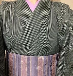 黒灰縞単衣着物に帯も襦袢もピンク系紫で