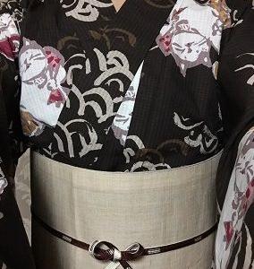 焦げ茶猫浴衣にベージュ麻帯