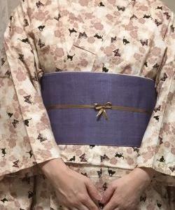 ベージュ地に黒猫と薔薇と蝶々の柄の木綿着物を浴衣として着る