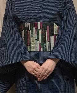 濃青に灰縞伊勢木綿着物に「読書の時間」帯