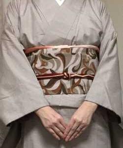 薄小豆色無地紬の着物に似た色の幾何学柄名古屋帯