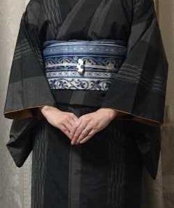 焦げ茶紬着物に青に灰色と紫の名古屋帯
