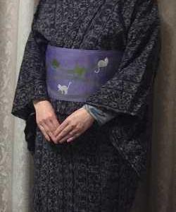暗い紫のウール着物に明るい紫の猫柄帯