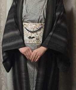 茶系着物に茶系羽織、ピンク帯に青い羽織紐