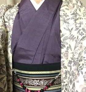 紫無地紬にクリーム色草花文様羽織で