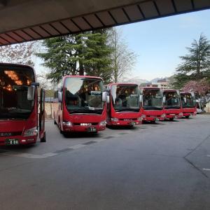 赤バスの集合写真を
