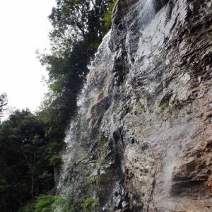 裏見の滝の岩屋が崩落して普通の滝に(愛媛県・赤滝)