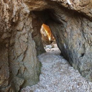 隧道型海食洞を抜けると洞門が!馬島(しまなみ海道)