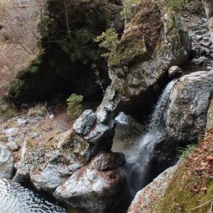 奇勝!滝による瀑食洞門(1)鳥居の滝[上勝町]