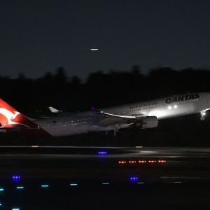 カンタス航空のA330を夜撮