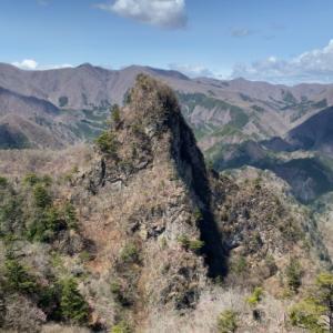アカヤシオ満開の西上州のマッターホルン 碧岩・大岩