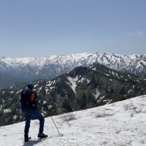 快晴、新緑、残雪の大境山