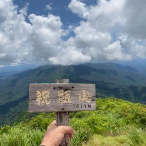 朝日連峰を眺める祝瓶山