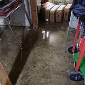 床下収納に浸入した雨水のかき出し