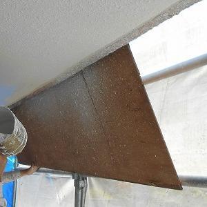宜野湾市で住宅の塗装作業中
