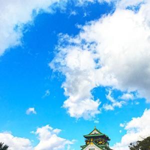 寒空と雲を背景に撮った大阪城。
