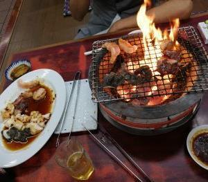 「焼肉のマンボ」にて肉を焼く
