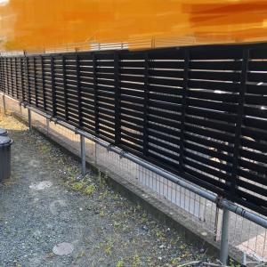 フェンスの色塗りと草むしり