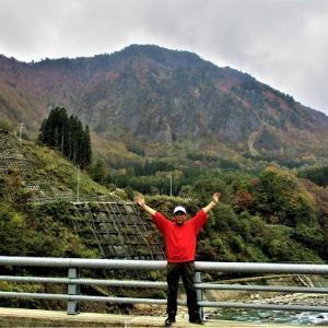 しんやしきはしから布岩山を眺める/秋山郷紅葉