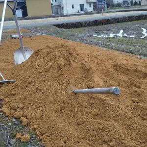 境内に搬入の土砂を広げる❗