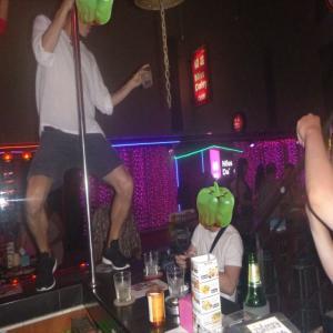 動画 プーケット夜遊びサンドバーでポールダンスをするお客さん男女!皆さん踊ってくださいね!