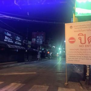 プーケット夜の街 バングラロードの立ち入り禁止へ入り写真でウメがレポートします。