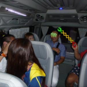 プーケットチャータータクシーの中で盛り上がるお客さん 何でもある?マジックハンドがあるの?