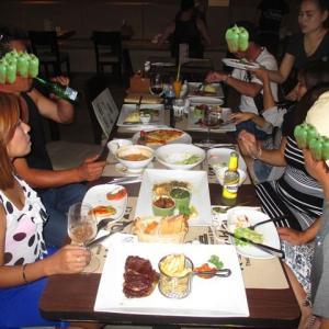 プーケットタイ料理と洋食のレストランはみんな満足で便利です。